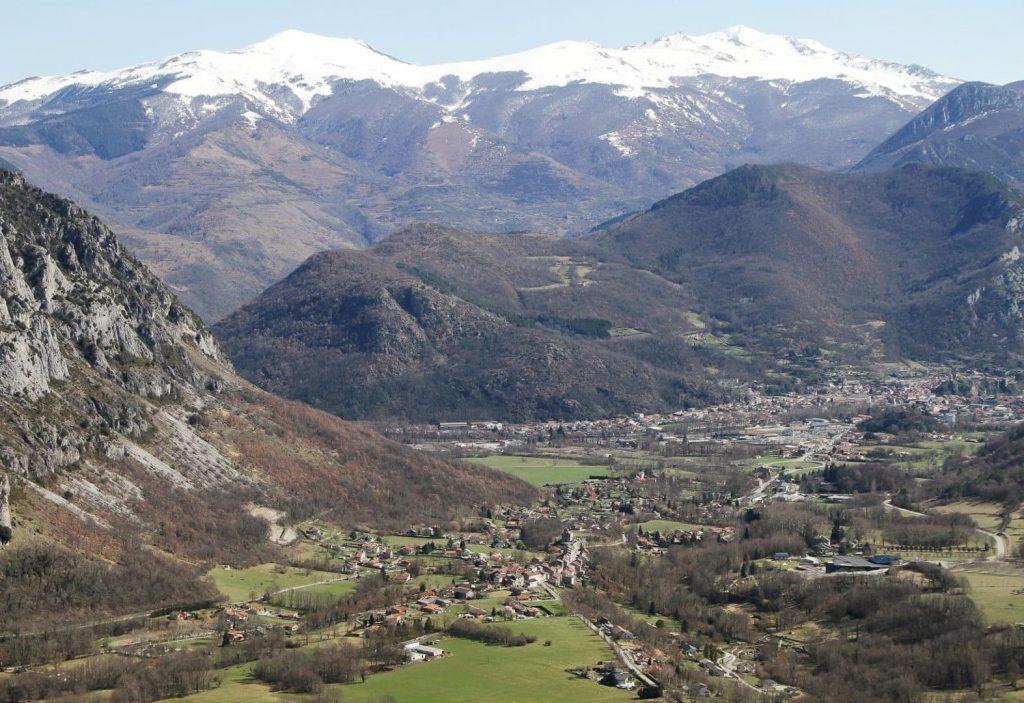 Vue aérienne de la commune de Surba en Ariège (09400)