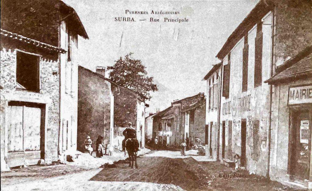 Carte postale ancienne de la rue principale du village de Surba