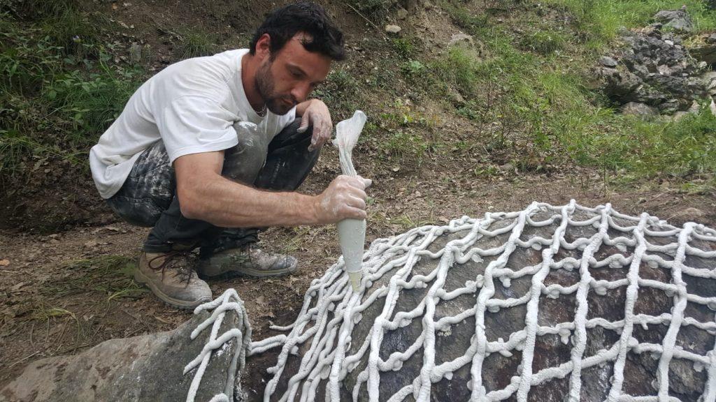 Photographie de l'artiste Hugo Bel réalisant une sculpture en plâtre